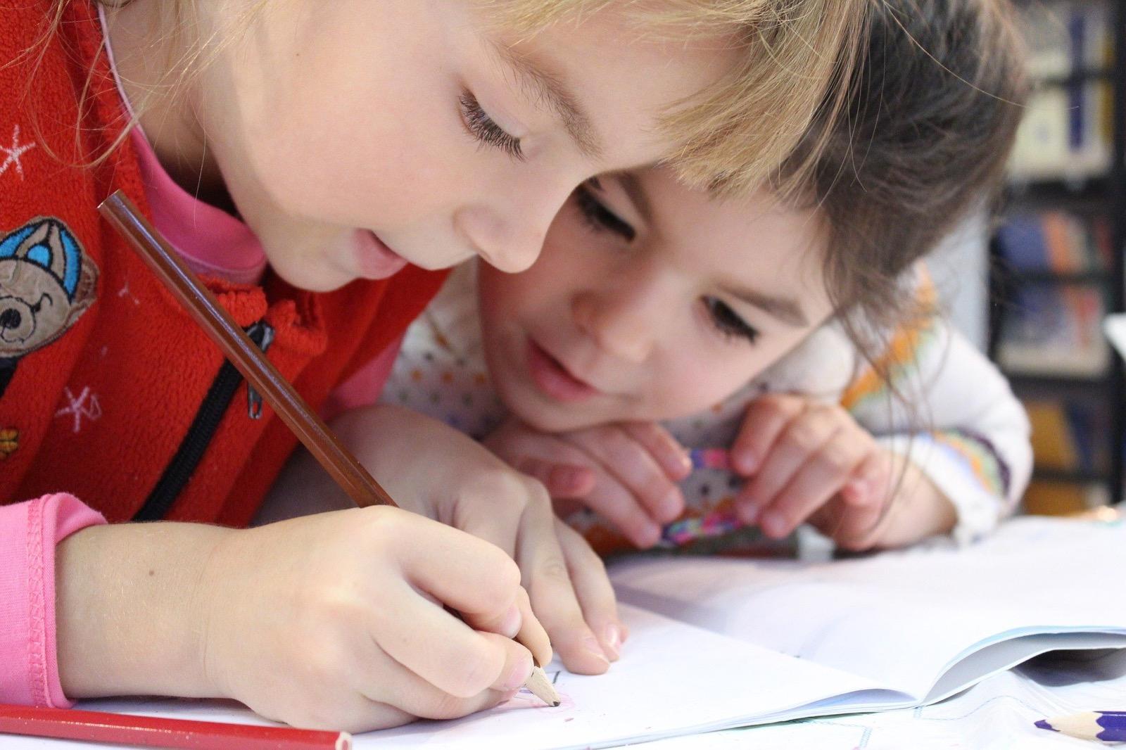 Cum îi ajutăm pe cei mici să își dezvolte creativitatea